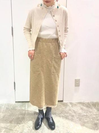 タイトスカートにスポックシューズを合わせると大人っぽいコーディネートに仕上がります。ローファーやレースアップの革靴とは違う、つるんとしたシンプルなシルエットがアクセントになりますね。
