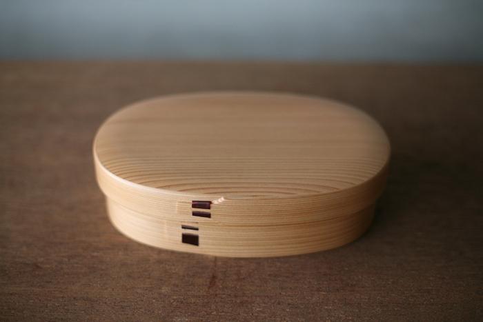 こちらは明治7年創業の老舗、「栗久(くりきゅう)」の曲げわっぱのお弁当箱です。秋田杉を薄く加工し輪状に曲げてつくる曲げわっぱは、独特のコロンとした愛らしいフォルムが特徴です。こちらも天然の秋田杉を使用しているので、杉の香りを楽しみながら美味しいごはんが食べられます。