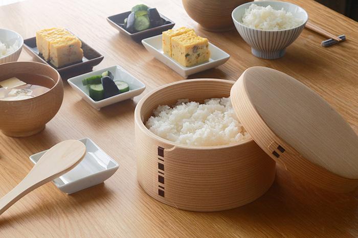 秋田杉が程よく湿気を吸収して、お米本来の美味しさを保ってくれます。天然素材でできた曲げわっぱのおひつは、和・洋どちらのシーンにも馴染むシンプルなデザインも魅力的です。和食器や北欧食器などお気に入りの器とコーディネートして、食卓を素敵に演出してみませんか?