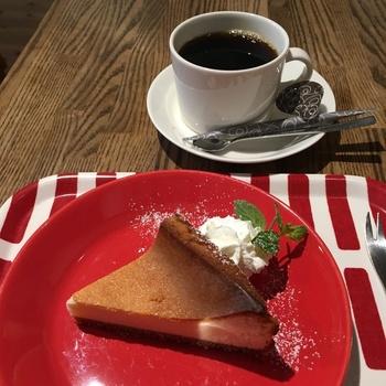 コーヒーによく合う、焼き菓子やケーキもいただくことができ、組み合わせはもう最高。フィンランドのカフェにちょっとお茶をしに来たような、ワクワクする気分になりますね。お食事メニューも豊富なので、がっつり食べたい方におすすめですよ!