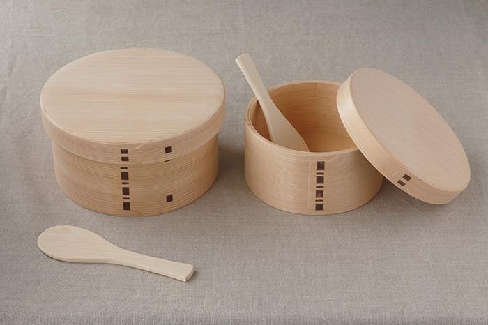 次にご紹介するのは、秋田県に古くから伝わる伝統工芸品『曲げわっぱ』です。曲げわっぱの老舗「大館工芸社(おおたてこうげいしゃ)」のおひつは、秋田杉の美しい木目を活かした上品なデザインが印象的です。おひつの大きさに合わせた可愛いしゃもじも付いています。