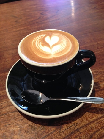季節に合わせてコーヒーメニューが変わり、その時々の一番美味しいコーヒーが用意されています。常連さんも多いですが、初めて訪れる方でも安心して訪れることができますよ。