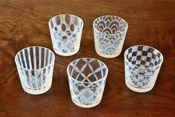 こちらも明治32年創業の老舗ガラスメーカー、「廣田硝子(ひろたがらす)」の大正浪漫硝子シリーズのそば猪口です。こちらの作品には、大正時代に盛んに行われていた「あぶりだし」という特殊な技法が用いられています。ガラス特有の繊細な美しさと、乳白色のロマンティックな文様が印象的です。