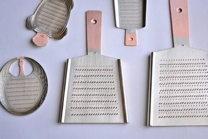 こちらは昭和3年創業のおろし金製造の老舗、「大矢製作所(おおやせいさくしょ)」の銅の金おろしです。硬い純銅の板に手作業でひと目ずつ刃を起こして作る大矢製作所のおろし金は、切れ味が鋭くふんわりと美味しいおろしができるので、プロの料理人からも絶大な支持を得ています。伝統の羽子板をはじめ、ツルやカメなど可愛いデザインもあり贈り物にもおすすめです。