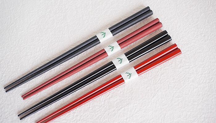 """漆で仕上げた上質な『塗り箸』も、昔から日本の暮らしに欠かせない道具として親しまれてきました。こちらは輪島塗の老舗ブランド、「輪島キリモト」のおしゃれな楕円形のお箸です。マットな質感が特徴の""""蒔地(まきじ)""""と、上品な光沢感が魅力の""""上塗り(うわぬり)""""の楕円箸。どちらも金沢県産の丈夫なヒノキアスナロを使用し、熟練の職人さんが1本1本丁寧に手作りしています。"""