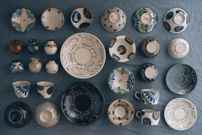 沖縄県の伝統的な陶器『やちむん』は、南国らしい鮮やかな色彩と大らかな文様が特徴です。こちらは300年以上もの歴史を持つ壺屋焼の窯元、「育陶園(いくとうえん)」の素敵な器たち。職人さんの手でひとつひとつ丁寧に作られるやちむんは、手仕事ならではの素朴であたたかみのある風合いが魅力的です。