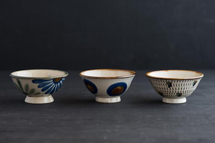 華やかなデザインが美しい飯マカイ(ご飯茶碗)は、見ているだけでほっと心が和むような、ぽってりと厚みのあるフォルムも印象的です。民藝の器としても知られているやちむんは、男女問わず幅広い世代のファンから愛されています。