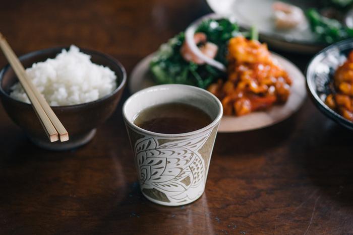 こちらは伝統的な線彫りの技法を用いた「白魚文線彫フリーカップ」です。魚をモチーフにしたリズミカルで立体的な文様が、食卓をおしゃれな雰囲気に演出してくれます。やちむんならではの素朴な風合いを楽しみながら、長く大切に使い続けたくなる逸品です。