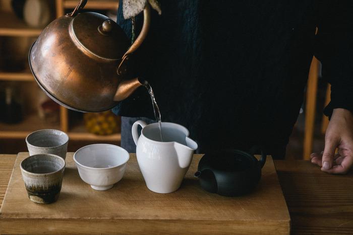 銅は熱伝導に優れているため、短い時間でお湯を沸かすことができます。また、素材そのものが非常に軽いので、お湯を注ぐのも楽にできますよ。東屋の銅のやかんは、どことなく懐かしさを感じるレトロな雰囲気も魅力的です。シンプルなデザインなので和食器にも洋食器にも合わせやすく、朝食・ティータイム・晩ご飯と、一日の中の様々なシーンで活躍してくれます。