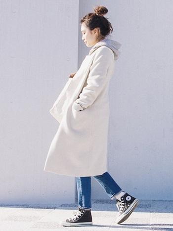 白のチェスターコートにグレーのパーカーの組み合わせ。明るいカラーのアウターは春先まで大活躍。デニムにコンバースの爽やかなシンプルカジュアルスタイルです。