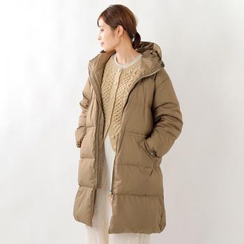 今季もオーバーサイズのダウンコートがトレンドです。こちらは中にアラン編みのニットを重ねたコーデ。淡色できれいにまとまっていますね。