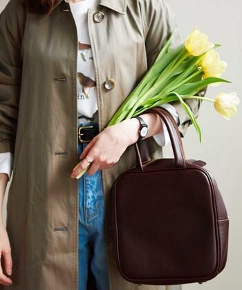 使うほどに味わいが深まるメンズライクなバッグや、レディーな雰囲気の小さなハンドバッグなど、カッチリ目な「革のバッグ」は大人女性の印ともいえそう。簡単にコーデを格上げできるので、一つは持っておきたいですね。