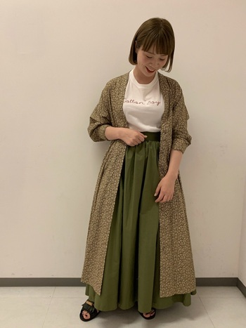 中途半端なボリュームだとカジュアル感が出てしまうので、スカートにカーキを持ってくるときは、丈が長めで少しボリューム感を出すとフェミニンな印象になります。
