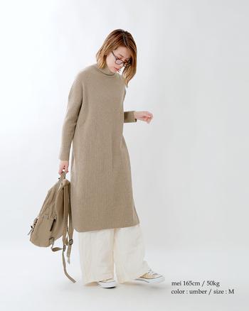 上品にベージュを着こなすならリブニットは欠かせません。アウターはブラウンにすると、一気にトレンド感が増しますね。