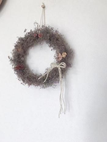 ふわふわのスモークツリーをドライにして作った、ふんわりキュートなドライフラワーリースです。薔薇の花とリボンがアクセントになっています。