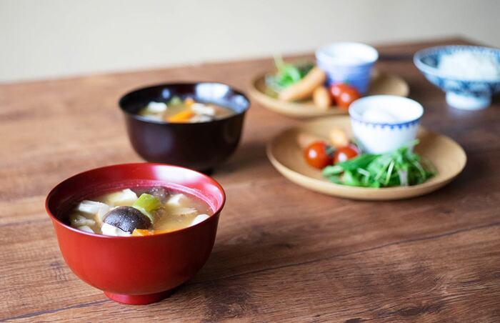 素材には天然木の欅(けやき)を使用し、木地挽物技術で有名な石川県・加賀市の職人さんの手で丁寧に作られています。容量500㎖の大きめサイズなので、豚汁などの汁物をはじめ、お蕎麦や丼を盛る器としても使用できますよ◎。独特の深い色合いと光沢感が美しい本塗りの漆器は、経年変化を楽しみながら長く愛用できるのも魅力のひとつです。お手入れ方法はとっても簡単なので、日常使いの器として暮らしの中に取り入れてみてはいかがでしょうか。