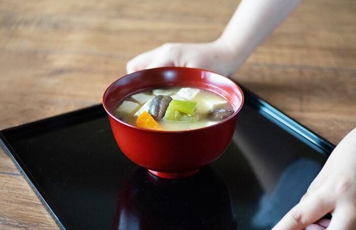 漆(うるし)を塗り重ねて作る『漆器』も、日本で古くから親しまれている伝統工芸品のひとつです。漆器特有の上品な艶と光沢感が、食卓を華やかな雰囲気に演出してくれます。こちらは日本の伝統技術を活かした上質なプロダクトを提案するブランド、「WDH(ダブル・ディー・エイチ)」のお椀です。「具沢山汁椀(ぐだくさんしるわん)」と名付けられた漆のお椀は、その名の通りたくさん具材が入ったみそ汁をたっぷりと注げるよう、一般的なお椀よりも少し大きめに作られています。
