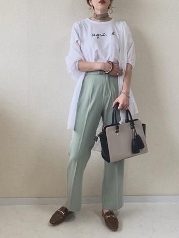 淡いカラーが印象に残る、シンプルなのに個性的なコーデ。バイカラーのバッグが、コーデ全体の色味を調整しつつ、高級感もプラスしてくれています。細身のスカーフやリップのカラーも、さりげないポイントに。