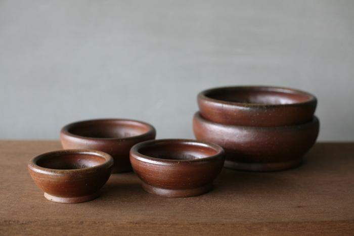 """越前・瀬戸・常滑・信楽・丹波とともに日本六古窯のひとつとして知られ、およそ千年以上もの長い歴史を持つ『備前焼』。釉薬を一切使わずに高温で焼成する""""焼締め(やきしめ)""""によって作り出される備前焼の器は、土の持ち味を活かした素朴であたたかみのある風合いが特徴です。こちらは岡山県・備前市にある窯元、「一陽窯(いちようがま)」の素敵なすり鉢です。胡麻や長芋を擂るのはもちろんのこと、お惣菜やサラダの器としてもおすすめです。"""