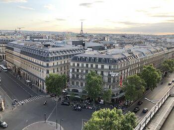 オペラ座にもほど近い、パリの右岸の中心地にあるGaleries Lafayette(ギャラリー・ラファイエット)も、パリの代表的な百貨店です。プランタンという百貨店とも隣同士になっており、ここにくればなんでも揃うショッピングのパラダイスです!