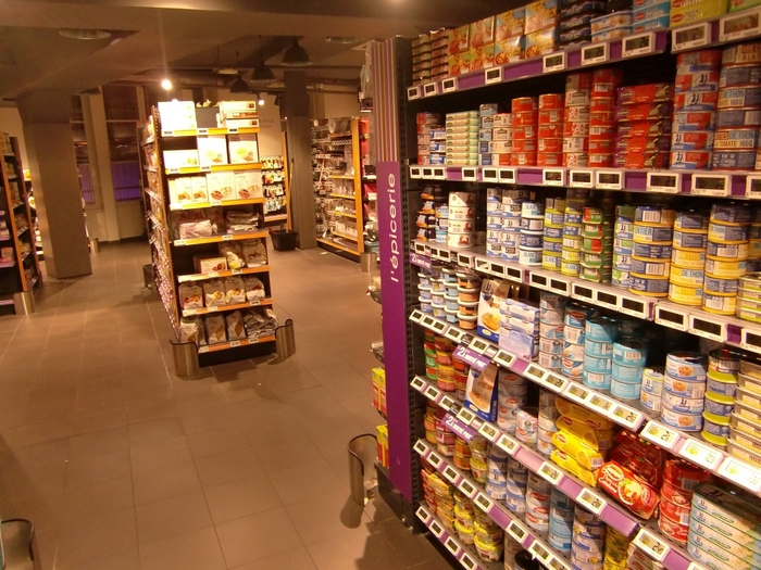 ぎっしりと棚に陳列された食材から、選びたい放題です!日用品が中心だから、値段もお手頃なところが嬉しいですね。