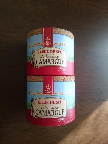 フランスの有名な自然海塩もお土産に喜ばれそうです。プロヴァンス地方のカマルグの塩、ブルターニュ地方のゲランドの塩が有名ですね。パリのスーパーマーケットでも手に入ります。