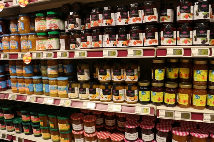 Bonne Maman(ボンヌママン)のジャムの小瓶もお土産にはちょうどいい手軽さですね。  フランス人はパンが主食なので、スーパーでもジャムの種類がとっても豊富です。ジャムのメーカーだけでなく、日本にはないフルーツのジャムなど、あれこれ欲しくなりそうです!
