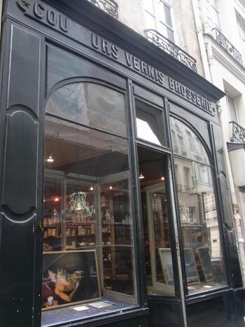 サントノレ通りにひっそりとたたずむパリ発信の陶器のお店、Astier De Villatte(アスティエ・ド・ヴィラット)もパリ滞在中に訪れたい場所の1つとなっているのではないでしょうか。食器が中心ですが、パリらしい雑貨類も色々と揃っているおすすめのお店です。
