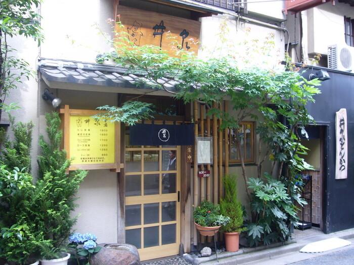 昭和5年創業の「井泉」は、かつサンド発祥のお店として知られています。本店は、昭和に建てられたままの店構えが残っており、美味しいとんかつはもちろんポークソテーなど頂けます。