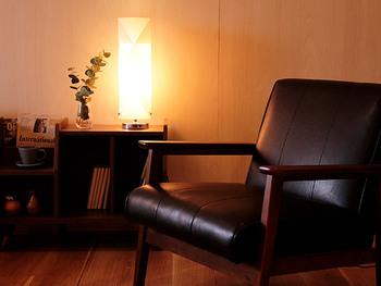 高さ45.5cmの小さめサイズなので、ソファーの横やベッドの横に置くことができるコンパクトなライトです。床に直接置くとソファーの座面やベッドの高さにぴったりと合うので読書には理想的なデザインになっています。