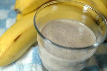 牛乳で作る基本のバナナジュースに、黒酢をちょっぴり加えると、いつもとは違う味わいになっておいしいですよ。バナナとハチミツの甘さのおかげで、とても飲みやすく仕上がります。目覚めの一杯におすすめです。