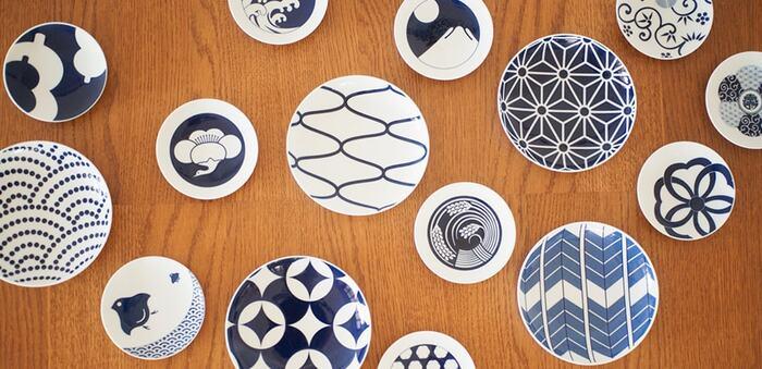こちらは有田焼の伝統技術を活かしたスタイリッシュな器を提案する陶磁器メーカー、「KIHARA(キハラ)」の素敵な和食器です。日本の伝統文様をモチーフにした「KOMON小紋」シリーズの豆皿と取皿は、現代の食卓にマッチするモダンなデザインが印象的。朝食・ランチ・ティータイムなど、1日の中の様々なシーンをおしゃれに演出してくれます。
