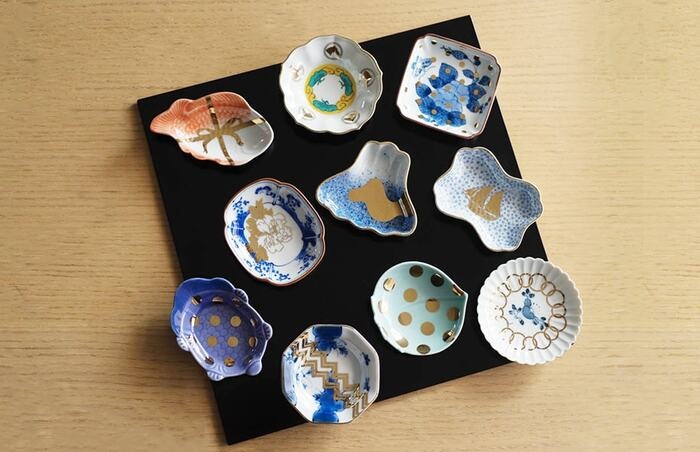 佐賀県の伝統工芸『有田焼』は、白く滑らかな地肌と華やかな赤絵や染め付けが特徴です。こちらは九谷焼でもご紹介したプロダクトブランド、「amabro」が手掛けた有田焼の美しい豆皿です。植物や動物など日本の伝統柄をベースに、モダンにアレンジしたおしゃれなデザインが印象的。鮮やかな絵付けと金彩が、食卓を明るく楽しい雰囲気に演出してくれます。