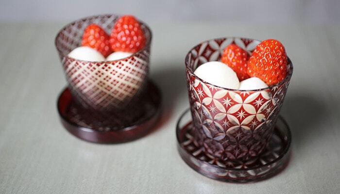 江戸切子ならではの美しいカッティングが魅力的なグラスには、同じ文様を施した可愛い蓋が付いています。グラスとしてはもちろんのこと、料理やデザートを盛りつけたりと、アイディア次第で様々な使い方が楽しめます。見ているだけで華やかな気持ちになる江戸切子のグラスは、父の日や母の日、誕生日や還暦のお祝いなど、特別な日の贈り物にもおすすめです。
