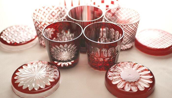 ガラスの表面にほどこされた繊細な文様と、鮮やかな色彩が美しい日本の伝統工芸「江戸切子」。こちらは老舗の硝子メーカー、「廣田硝子(ひろたがらす)」のおしゃれな江戸切子のグラスです。熟練の職人さんが一点一点手で彫刻して作り出すグラスは、美しい輝きを放つ精緻な文様と華やかな赤が印象的です。
