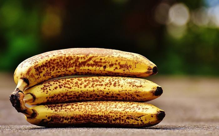 バナナジュースを作るときは、できるだけ完熟のバナナを使用しましょう。バナナのコクや甘味が存分につまった完熟バナナなら、牛乳や豆乳と混ぜてもバナナらしさを失いません!もし完熟していないバナナを使うときは、ハチミツやシロップなどで甘味をプラスするといいですよ。