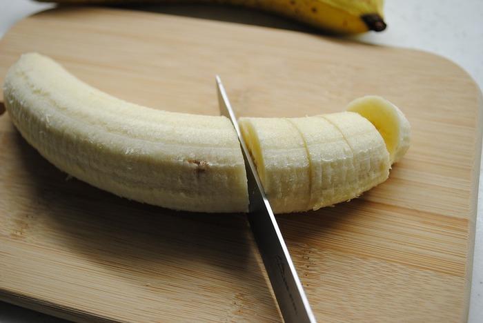 冷凍したバナナでバナナジュースを作る場合は、少しだけ生のバナナを加えるのがポイント。バナナの風味がプラスされ、よりおいしくフレッシュに仕上がります。【冷凍バナナ7:生のバナナ3】を目安に加えてみてください。