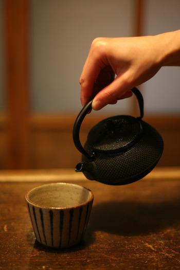 保温性に優れた南部鉄器の急須は、日本茶はもちろんのこと、紅茶や中国茶にもおすすめです。陶器や磁器の急須に比べて格段に丈夫なため、親から子へと世代をこえて長く使い続けることができます。