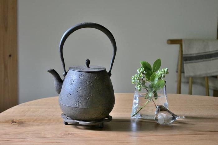 南部鉄器の急須や鉄瓶をのせたり、冬は鍋敷きとして使用したり。食卓のおしゃれなアクセントになる瓶敷きは、インテリアとして壁に飾るのも素敵ですよ。足の部分には着脱可能なゴムが付いているので、テーブルを傷つける心配もありません。独特の質感や風合いが楽しめる南部鉄器の瓶敷きで、食卓を素敵に演出してみませんか?