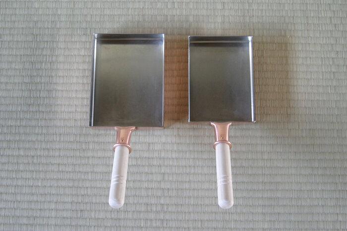 鍋やフライパンなど様々な道具で暮らしを彩る『銅器』も、日本で古くから親しまれている伝統工芸品です。こちらは東京都・足立区にある老舗、「中村銅器製作所(なかむらどうきせいさくじょ)」の玉子焼鍋です。しっかりと厚みのある銅板で作られており、内側は手作業で錫を焼き付けています。