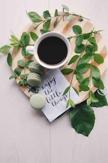 寝る前のカフェインは寝付きが悪くなると言われますが、飲んでから30分ほどで覚醒効果が出てきますので、昼寝を始める前にコーヒーや紅茶などカフェインを含むドリンクを飲んでおくと目覚めがよくなります。