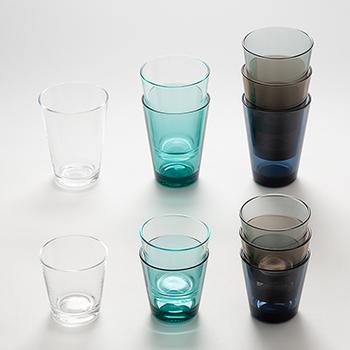 手頃なサイズ感で、直線的に開いたシルエットのシンプルなグラスです。微妙にくすんだ色合いが大人っぽく、表情があります。スタッキングしてもスッキリ見える。