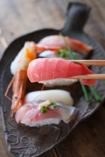 温度と湿度を管理してうまく熟成された古米であれば、新米に負けないほどの味わいになる場合もあります。乾燥して粘り気の少ない特性から、チャーハンにするとパラッと仕上がりますし、お寿司屋さんでは古米を新米とブレンドして使うこともよくあるのだとか。お酢をよく含み、ベタつかない美味しい寿司飯になってくれるそうです。