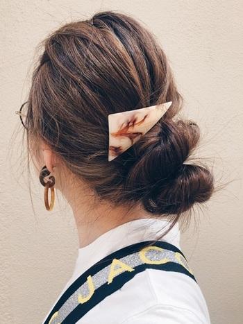 流行りの三角バレッタでお団子の上を挟むだけで一気に今っぽく。後れ毛を作るのが面倒なときもこれ一つでこなれ感が出せちゃいます。