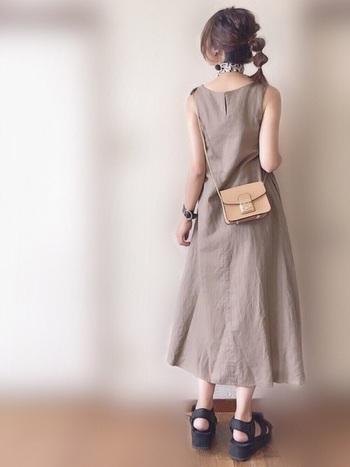 玉ねぎヘアは、少し高めに結んでも大人っぽく仕上がります。首元のスカーフなどを見せたいときにもおすすめです。