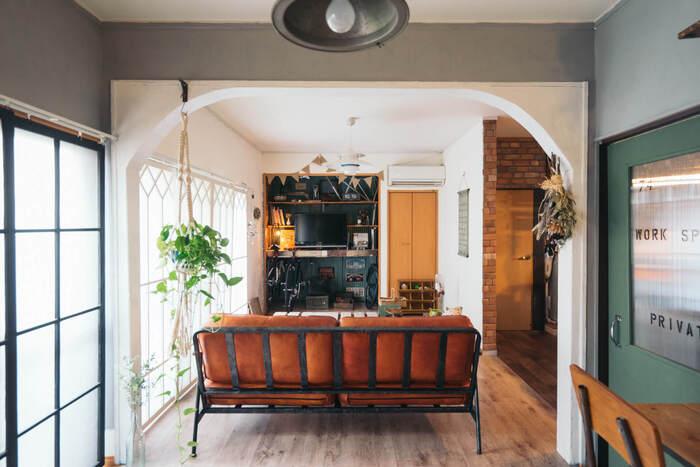 背の高い棚でなくても、ソファなどの家具があれば十分パーテーションの役割を果たしてくれます。ダイニングと反対向きに配置することで、食事スペースとリラックススペースをしっかり分けてくつろげます。