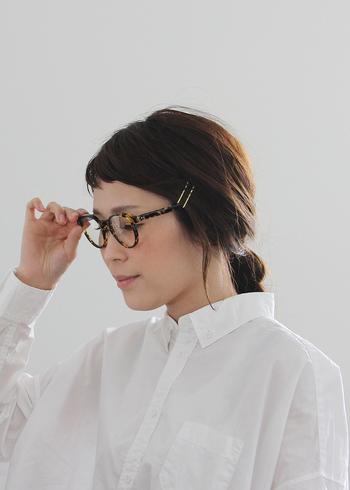 いつものまとめ髪に金ピンを二本さすだけで一気におしゃれ感がアップします。さらには眼鏡も引き立ててくれて一石二鳥!