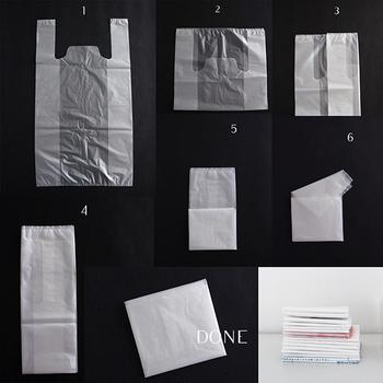 レジ袋をコンパクトに折りたたむと、収納するときもかさばらず見た目すっきり。空気を抜きながら畳むのがポイントです。