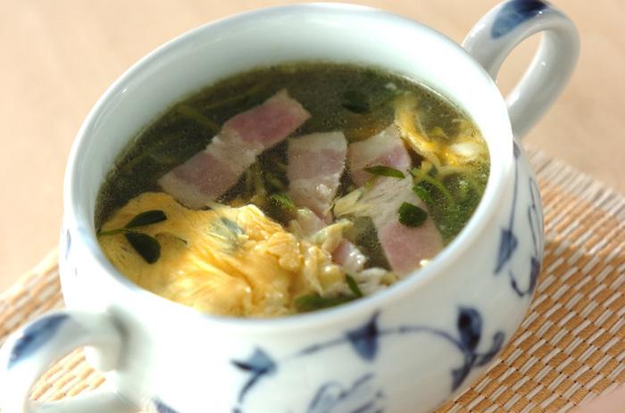 おうちにある材料でササッとできちゃうシンプルな卵スープ。普段通りの食卓に汁物があるだけでなんだかホッとしますよね。