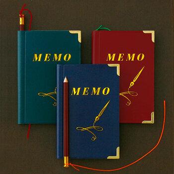 鉛筆付きのメモ帳は、手のひらサイズ。ノックボールペンと同様、レトロなカラーリングです。昭和の雰囲気を感じさせる、ちょっぴり野暮ったいデザインが魅力です。